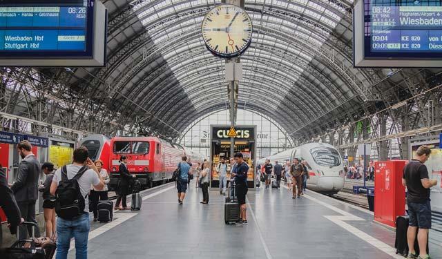 passenger-information-displays-train-station